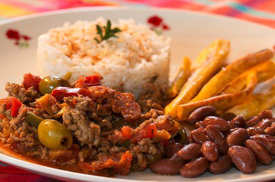 Picadillo à la cubaine. Plat traditionnel de la cuisine  cubaine, le picadillo est un hachis de bœuf cuisiné avec de l'ail, des oignons, du riz blanc, des haricots noirs et servi avec des bananes plantains frites. La recette par Jackie.