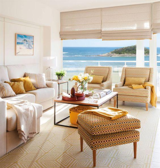salón con sofá crudo y butacas tapizas con vistas al mar_00483084