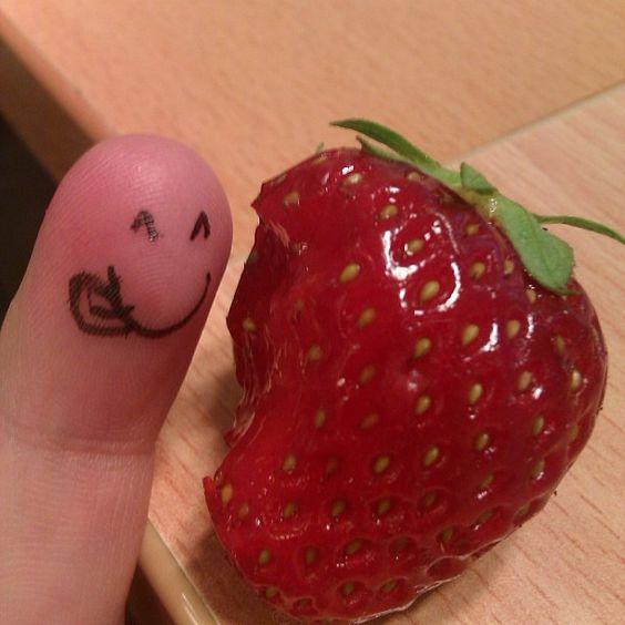 Svenska jordgubbar är det bästa! nom nom.. #fingerart