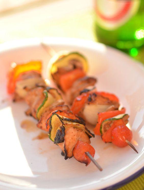 Marinierte Hähnchen - Gemüse - Spieße mit Zucchini, Champignons und Tomaten. Perfekt für die Grillsaison