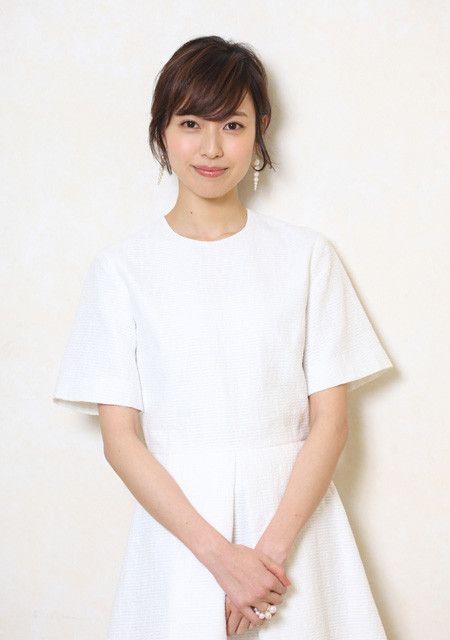 白のワンピースが清楚な戸田恵梨香さん