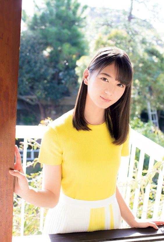 黄色トップスの小坂菜緒
