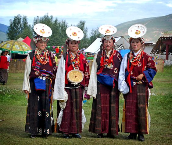 dawu women Until the mid-19th, the present shan state was divided into principality and both men and women wear colourful turbans of towelling on their heads.