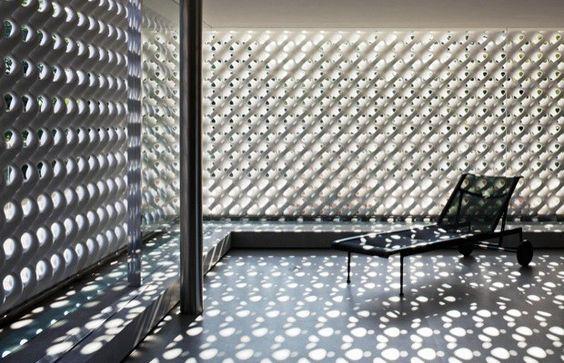 o cobogó ou elemento vazado proporciona luz,ventilação e um certo grau de privacidade:
