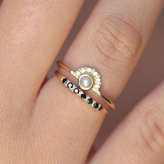 Bague de fiançailles perle avec une bague de mariage pavé de diamants noirs