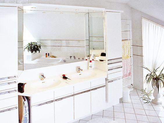 Lichtdurchflutetes Badezimmer in weiß gehalten mit Waschbecken und Arbeitsplatte aus Corean