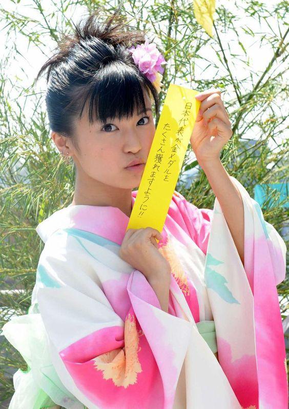 短冊を持つ着物のかわいい小島瑠璃子