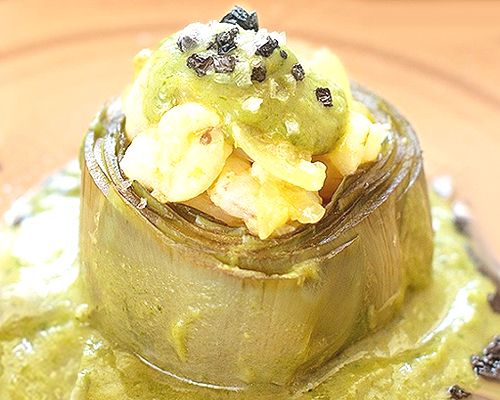 Alcachofas rellenas de gambas en salsa verde