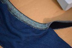 In letzter Zeit habe ich immer öfter elastische Einfassbänder. Und obwohl ich sie schon lange beim Nähen meiner Taschen verwende habe ich sie noch nie an Kleidung vernäht.    Besonders gefällt mir, dass es diese Falzbänder jetzt auch mit verschiedenen Mustern gibt, wassie besonders auch für Kleidung interessant macht.    Ich habe mich für mein erstes Projekt für ein bisschen Glitzer e ...
