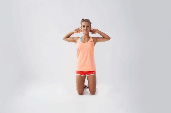 """2.Ćwiczenie na """"boczki"""" – poleca Julita Koteczka  Pozycja wyjściowa ‒ klęk obunóż, kolana złączone, stawy biodrowe wyprostowane. Wykonaj opust bioder raz na jedną, raz na drugą stronę, aż do momentu siadu. Elementy, na które musisz zwrócić uwagę, to utrzymanie prostych pleców i wypchnięcie bioder do przodu, także w celu napięcia mięśni pośladkowych i wykończenia ruchu. Angażuj przy każdym ćwiczeniu jak najwięcej partii ciała. Możesz trzymać przed sobą hantelek lub butelkę z woda (15 na…"""