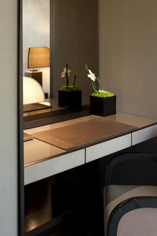 Armani hotel milano modernity meets luxury hotel for Interior design bedroom dressing table