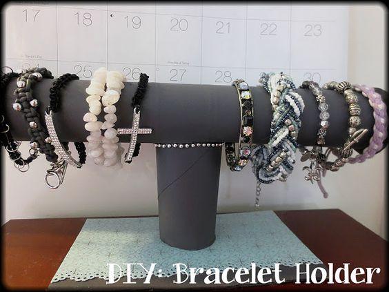 XOXO Mo: DIY: Bracelet Holder  http://mogirl97.blogspot.com/2013/03/diy-bracelet-holder.html