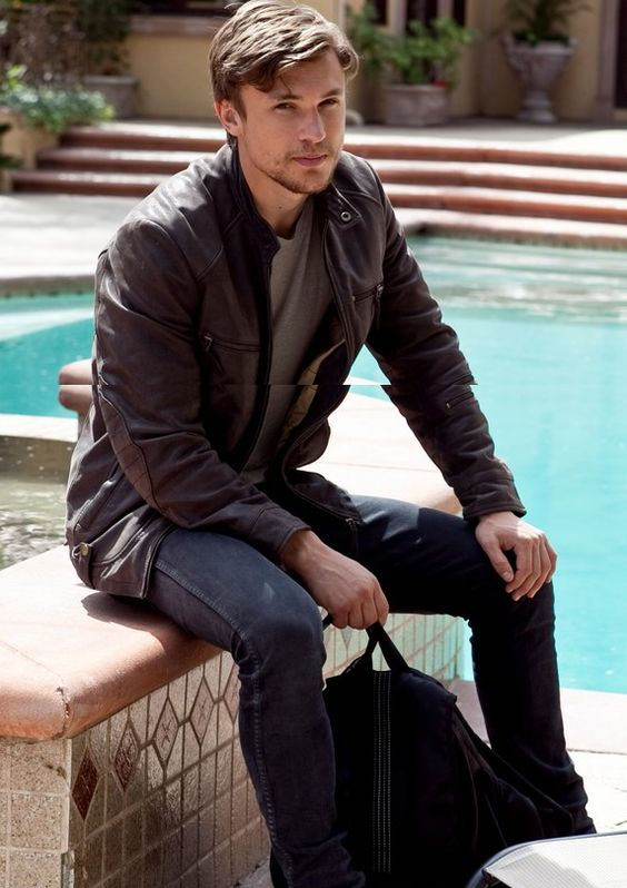 William Moseley -AKA Peter from The Lion the Witch and the Wardrobe. WOAH!