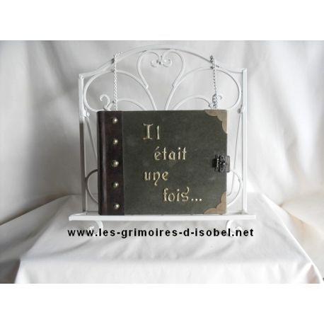 L'Ieuf est un grimoire album photo recouvert de cuir vert et marron. Il est entièrement réalisé à la main.