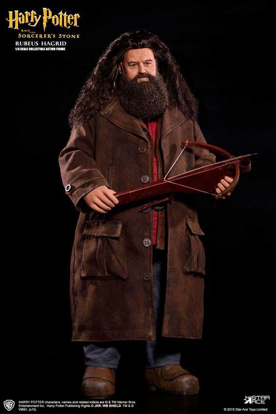 Figura Rubeus Hagrid 40 cm. Harry Potter y la Piedra Filosofal. Escala 1:6. Línea My Favourite Movie Series. Star Ace Toys  Para los fans de la saga Harry Potter llega la esperada y estupenda figura totalmente articulada de uno de sus protagonistas, el grandote Rubeus Hagrid de 40 cm, fabricada en material de PVC, a escala 1:6, con un montón de accesorios y complementos y 100% oficial y licenciada tal y como no podía ser de otra manera.