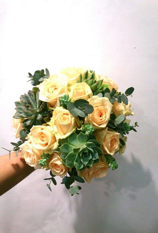 Mooi zalm bruidsboeket met peach avalance roos eucalyptus en suculenten vetplant er in gemaakt door www.bloemenweelde-amsterdam.nl