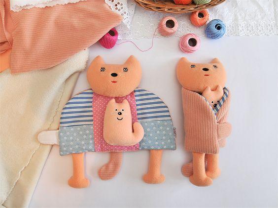 Kočičí máma / Zavináč - hračka Kočička z kolekce Zavináčů je originální variací motivu obejmutí, který u dětí rozvíjí sociální dovednosti a jemnou motoriku (vkládání drobností do kapes, zapínání na suchý zip). Kočičí máma ve svém kožíšku-kabátku uschová chlupaté koťátko. Kotě je součástí hračky. Do kapsiček se vejdou další hračky, které ...