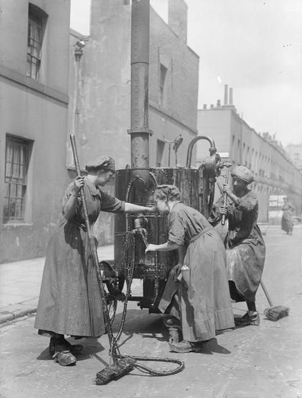 EMPLOYMENT WOMEN BRITAIN 1914-1918 (Q 30873) | Female workers spraying tar on a London road