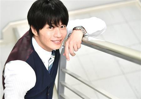 階段の手すりにつかまる田中圭