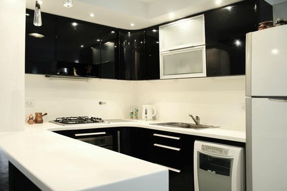 Cocina en blanco y negro Muebles laqueados brillante Mesada y