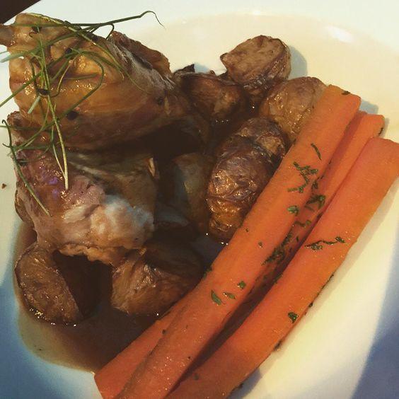 Dinner tonight at @mcgettiganspubs Abu Dhabi was sage stuffed chicken with roasted potato's and honey carrots. Incredible  .  #Health #Fitness #Food #Nutrition #Exercise #Blog #Blogger #Gym #ukfitfam #fitfam #running #Fitspo #Fitspiration #GirlsWhoLift #IIFYM #Instafit #Hblogger #MyFitnessPal #AbuDhabi #Dubai #Abudhabifitness #DubaiFitness #AbuDhabiBlogger #MyAbuDhabi #UAEBlogger #AbuDhabiBloggers #FoodBlogger #AmazingAbuDhabi