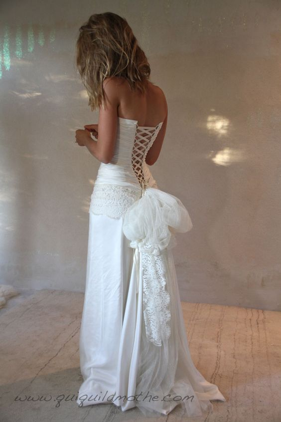 Robe de mariée transformable bohème bustier lacé.
