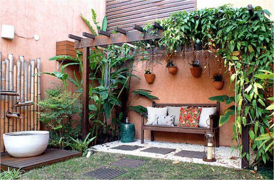 No paisagismo, o caramanchão foi instalado próximo a parede e ao lado de uma bica d´água feita com bambus. Fonte: Blog Cerbras #caramanchao #caramanchaorede #caramanchaojardim #pergoladosejardins