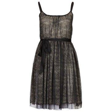 Un vestido de tiras negro con un lazo delicado.