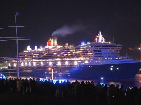 Auslauf der Auslauf der Queen Mary 2 nach ihrem 25. Besuch in Hamburg