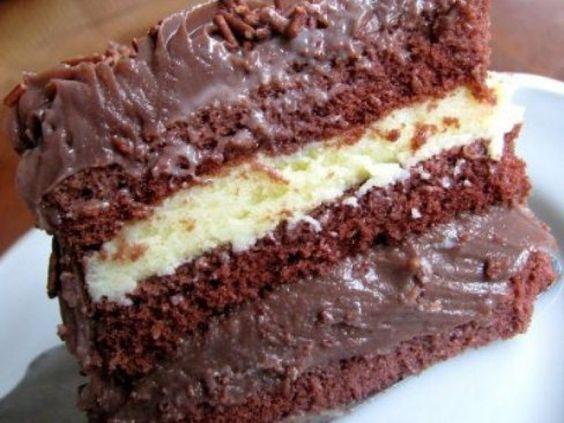 Bolo de chocolate com recheio branco