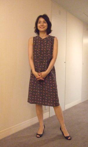 紫のワンピースの石田ゆり子