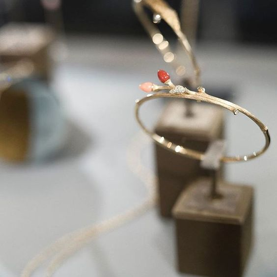 It's time to shine in the Christmas light. Blooming bracelet captured in Copenhagen flagship.  Shop the Collection on link in bio.  #OLCChristmas #OLCWindows #OLCBlooming #olelynggaardcopenhagen #charlottelynggard #olelynggaard @charlottelynggaard_dk