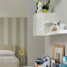 ... parete dietro la testata del letto, dipinta con sfumature dal grigio