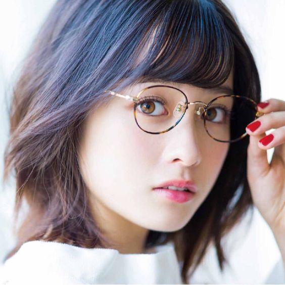 眼鏡をかけた橋本環奈