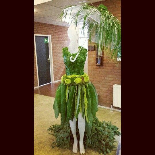 Plantaardige jurk gemaakt met een klasgenoot van: strelitziablad, eucalyptus, hangende kattenstaart(amaranthus) galax blad en mos