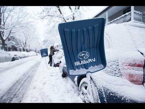 Subaru offre des pelles aux passants pour déneiger les voitures concurrentes