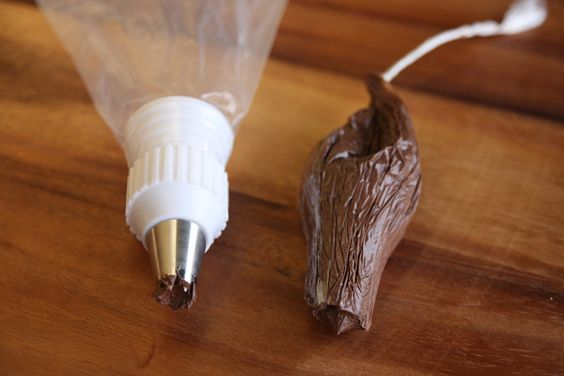 No mess piping bags...I am SO trying this next time I make cupcakes! Genius!!