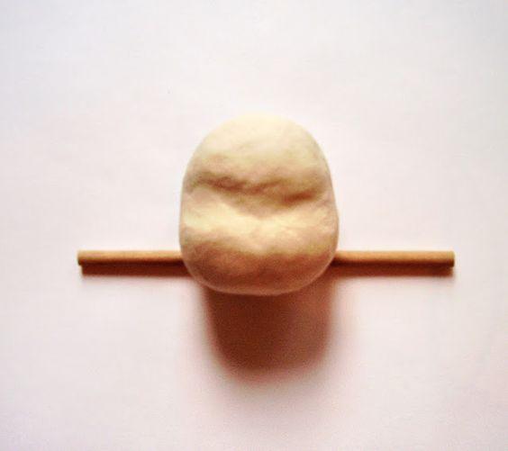 7. Выделяю область глаз и переносицы в том месте, где сделала выемку на шаре из фольги. Поправляю форму головы, намечаю затылок, макушку, челюсти.