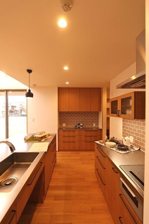 Ⅱ型キッチン+家電棚付き食器棚+パントリー(見せたくない家電はこっちに)の構成が理想的