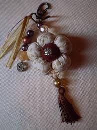 Resultado de imagem para flor de feltro chaveiro