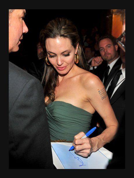 Angelina Jolie legt eine interesse Unterschrift an...