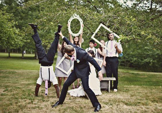 Qui n'a jamais vécu la traditionnelle séance photo de groupes lors des mariages n'a rien vécu.... C'est sympa, ok, mais c'est loooooooooooooooong, et ça monopolise vachement. MAIS!, tout comme le marque-place cède délicatement sa place à l'escort card,...