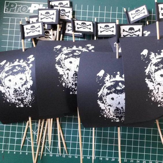Piratenflaggen und -segel Produktion :) #pirateparty #mottoparty