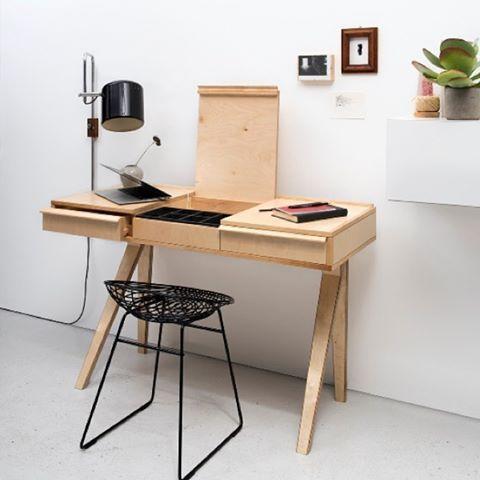 Dit vrolijke ontwerp van Cees Braakman uit 1951 is binnenkort weer verkrijgbaar. De Desk EB01 is een ideaal bureau voor de compactere ruimtes. #pastoe #desk #dutch #design