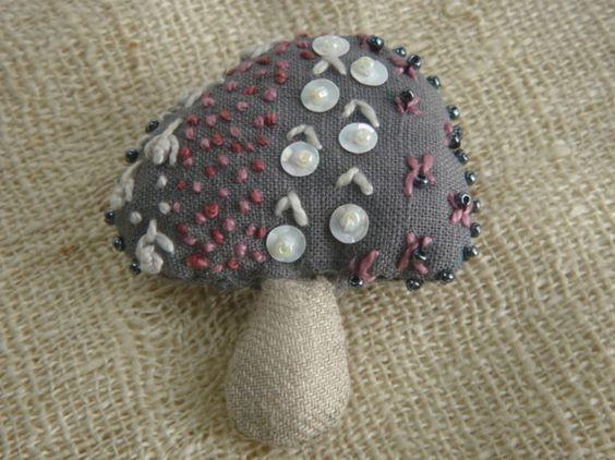 中綿入りのふっくらきのこです。グレーのかさを、ピンクと白で華やかに仕上げました。素材:軸部分は、きなり麻布・かさ部分は、グレーコットン   刺繍糸・ビーズ・ス...|ハンドメイド、手作り、手仕事品の通販・販売・購入ならCreema。