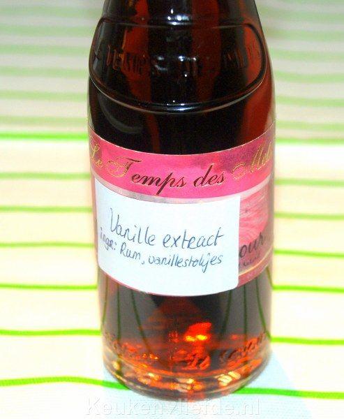 Vanille extract is niet in Nederland te koop, maar wel makkelijk zelf te maken: doe 8 vanille bonen in een flesje met wodka. Na 8 weken is het vanille extract geworden. Dit blijf altijd houdbaar, je hoeft het flesje alleen af en toe bij te vullen met wodka.
