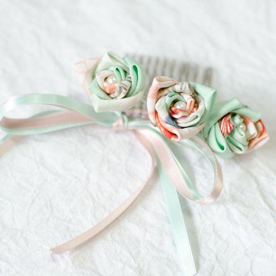 正絹の生地を使ったつまみ細工のコームです。柔らかいさわやかな薄緑とやさしいピンクの薔薇で、和服だけでなく、洋服でのご使用も出来るデザインです。リボンはコームに...|ハンドメイド、手作り、手仕事品の通販・販売・購入ならCreema。