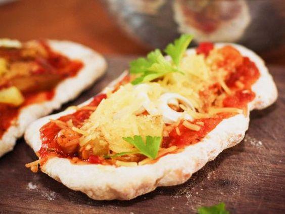 """Naan Brot ist ein echter indischer Klassiker. Nadine und Jörg von dem Foodblog """"eat-this.org"""" haben den Rezeptklassiker zu einer veganen Pizza umfunktioniert. http://www.fuersie.de/kochen/foodblogger/artikel/naan-pizza-rezept"""