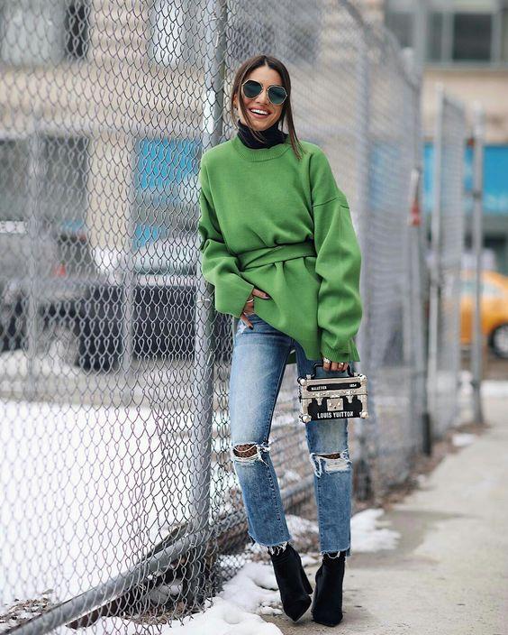 Camila Coelho, moletom greenery oversized, calça jeans destroyed, meia arrastão, ankle boot de camurça: