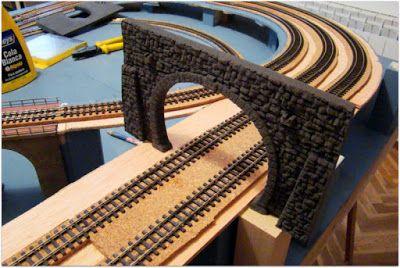 Replanteo de túneles y muros, así como, del anclaje de los listones de madera, sobre el tablero para la instalación de las rampas.